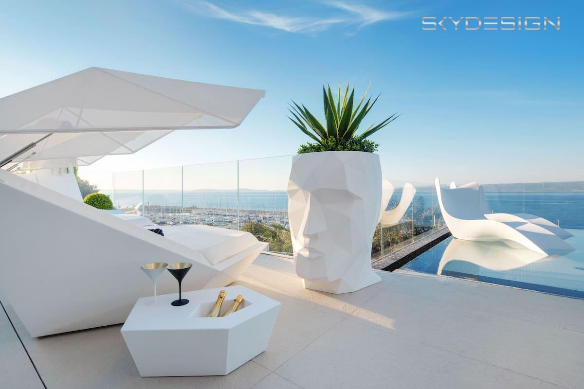 Designmöbel für die Terrasse. Exklusive Poolmöbel. Edle Möbel für die Terrasse in weiss.